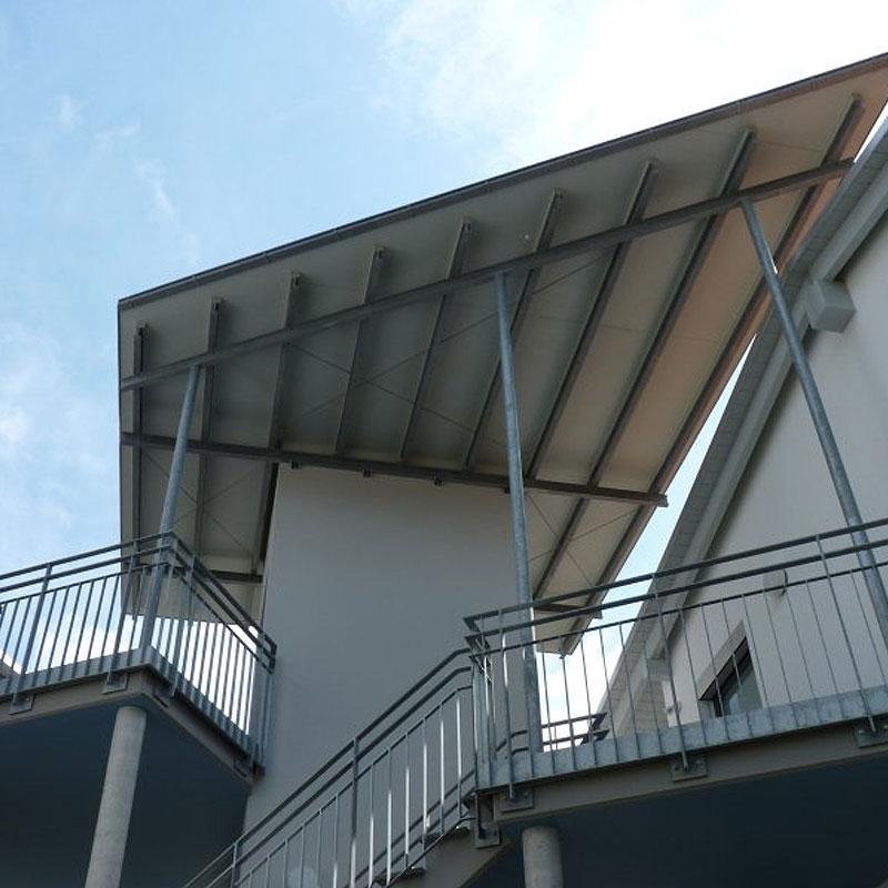 Überdachung einer kompletten Terassenanlage aus Metall.