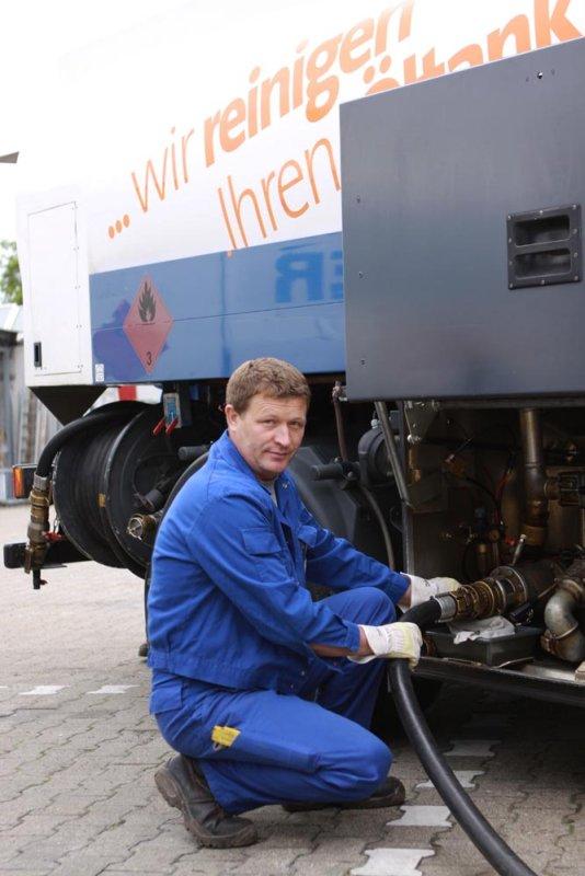 Öltankservice Mitarbeiter beim Tankservice in Kelkheim