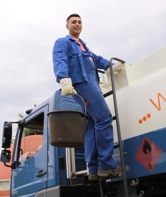 Öltankservice Mitarbeiter bei der Tankreinigung Bender