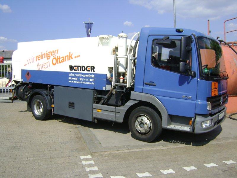 Blauer Tankwagen von der Firma Oswald Bender