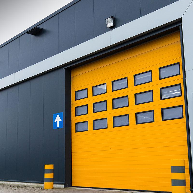 Gelbe Aluminiumverkleidung einer Fassade in Kelkheim