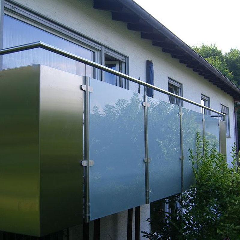 Balkonkonstruktion mit Milchglaseinsatz der Schlosserei Bender