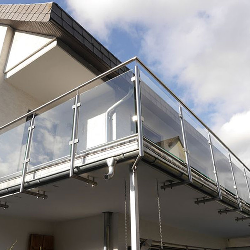 Balkonanlage mit Glaseinsätzen an einem Gebäude in Kelkheim