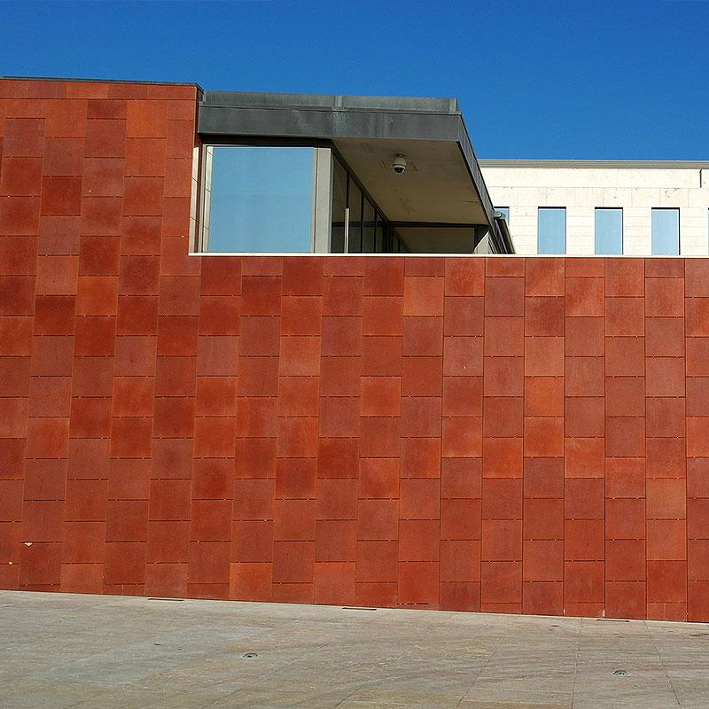 Rostfarbene Blechverkleidung eines Gebäudes in Kelkheim