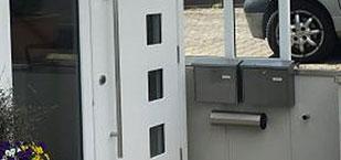 Haustür mit Briefkästen von der Firma Bender in Kelkheim produziert.