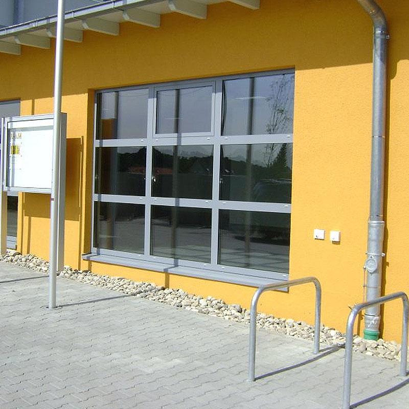 Fensterfront eines Gebäudes gebaut von der Firma Oswald Bender