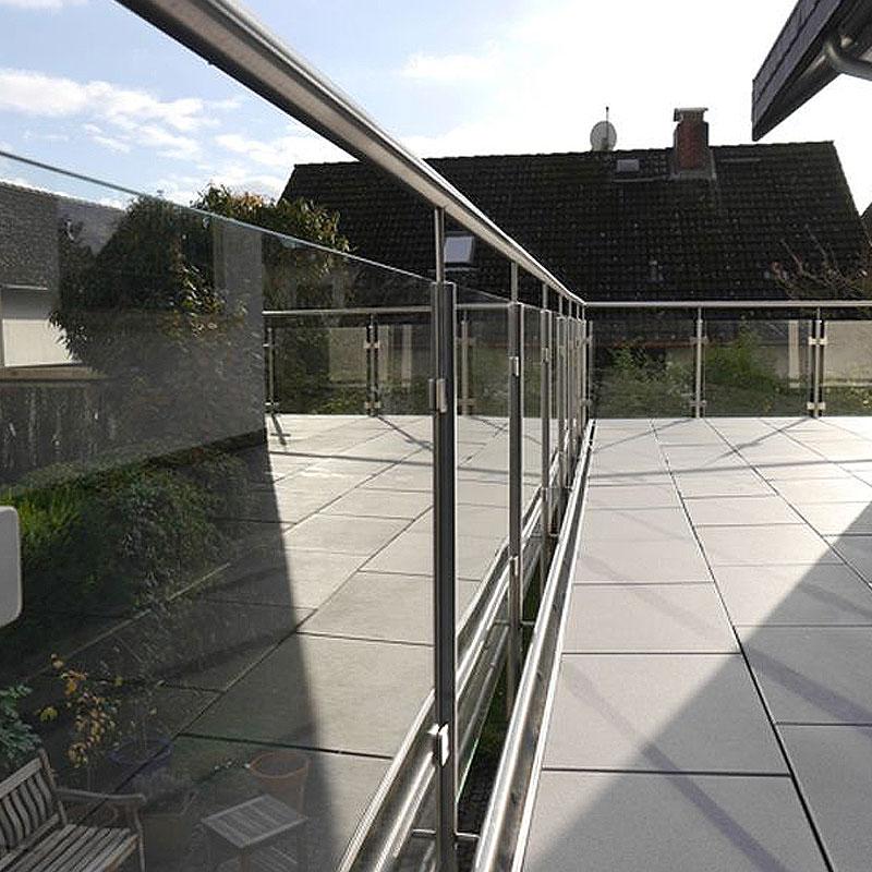 Metallgeländer mit Glasscheiben an einem Balkon