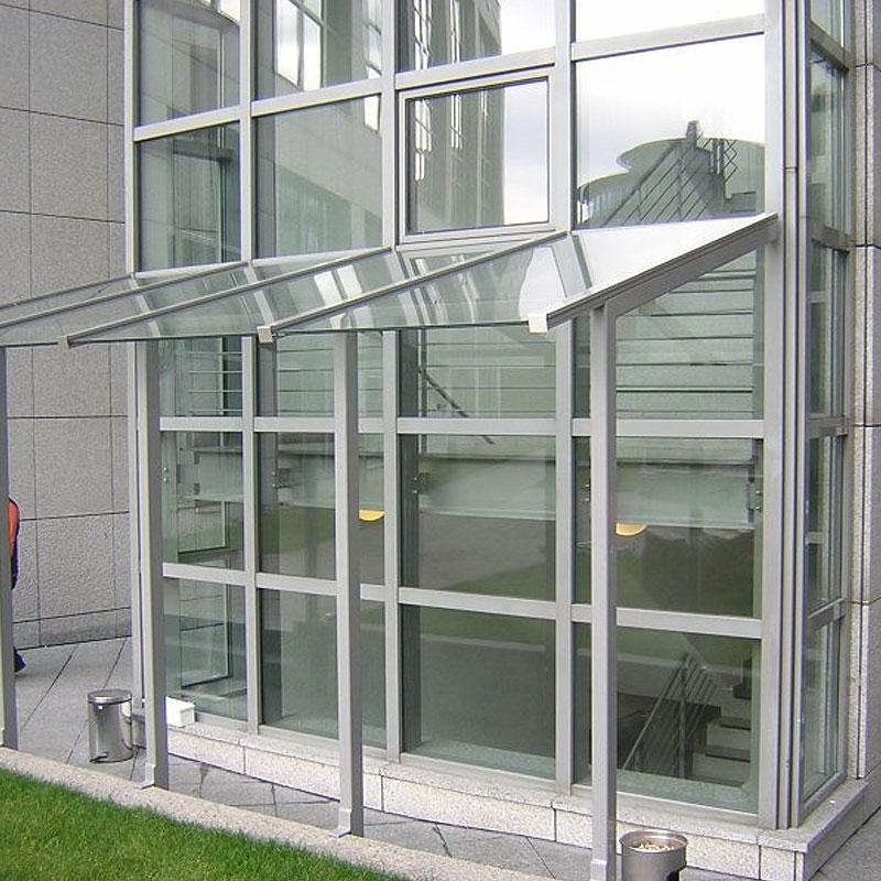Überdachung eines Büroeingangs aus einer Metallkonstruktion mit intergrietem Glas
