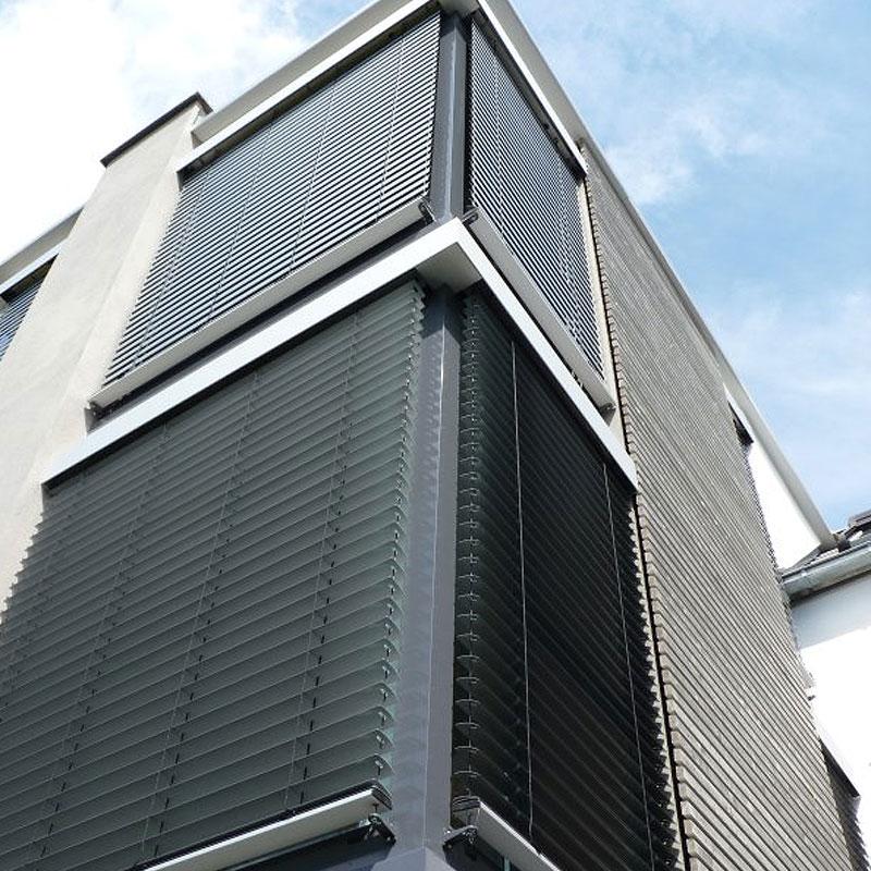 Sonnenschutzelemente aus Metall an einem Bürogebäude von Oswald Bender