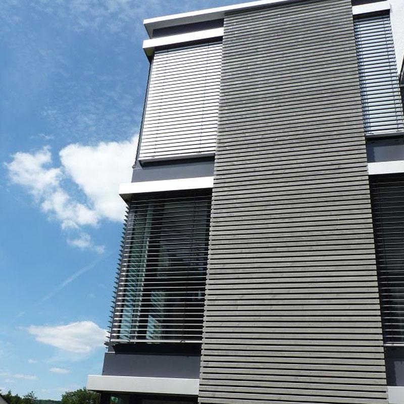 Markisen aus Metall an einem Bürogebäude von Oswald Bender