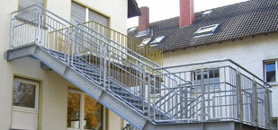 Metalltreppe vom Balkon in den Garten von der Firma Oswald Bender aus Kelkheim