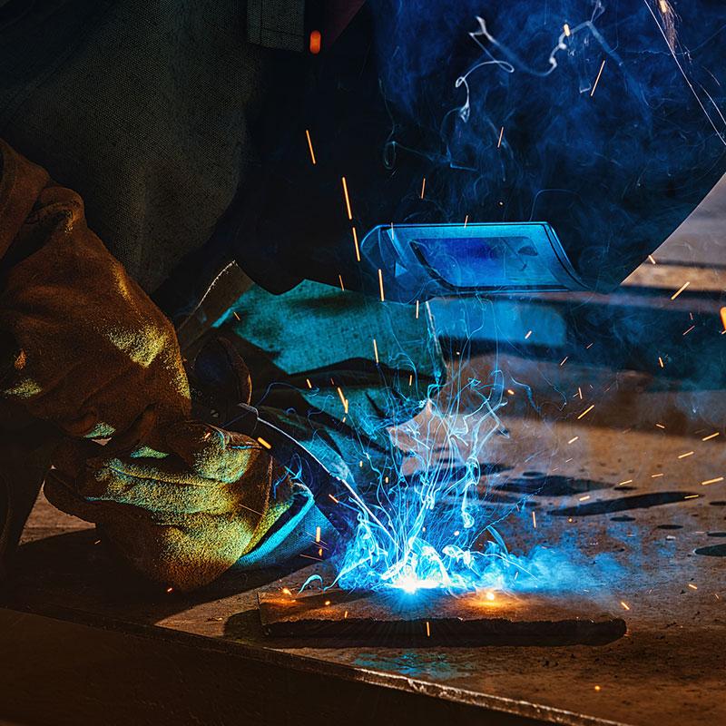 Mitarbeiter beim Schweißen von Metallen in Kelkheim