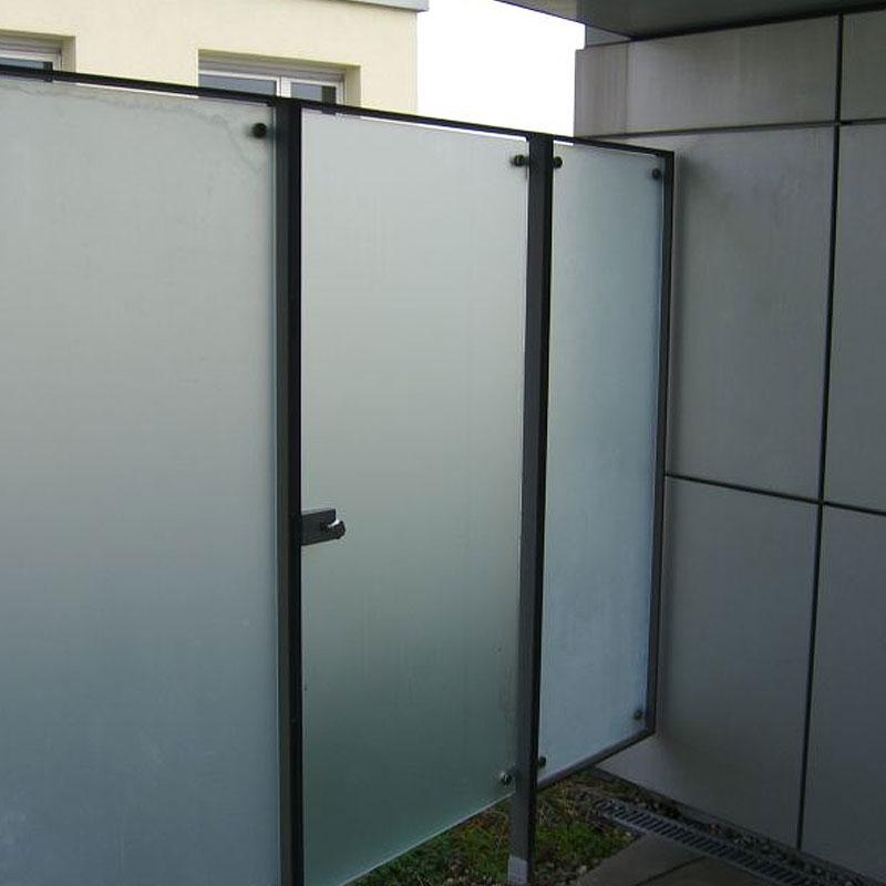 Toranlage mit einer Tür aus Milchglas zum Sichtschutz