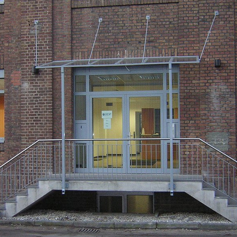 Gebäudeeingang mit einer Tür von Metallbau Bender