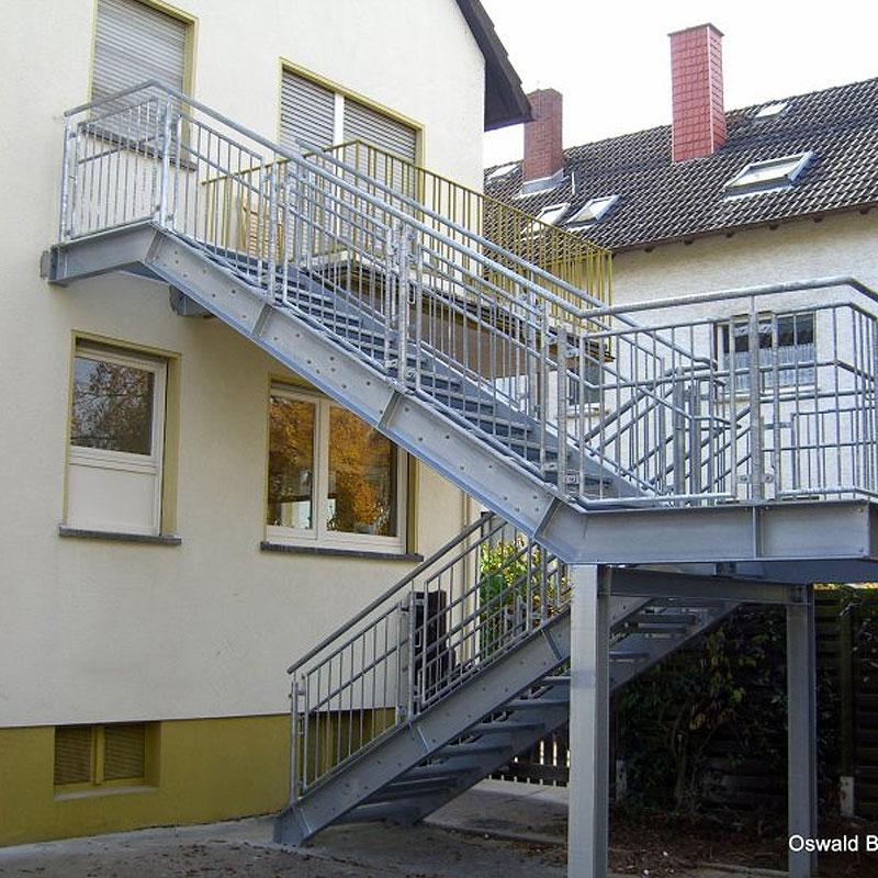 Treppenanlage vom Balkon in den Garten von der Firma Oswald Bender aus Kelkheim