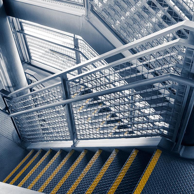 Metalltreppe in einem Treppenhaus von Oswald Bender