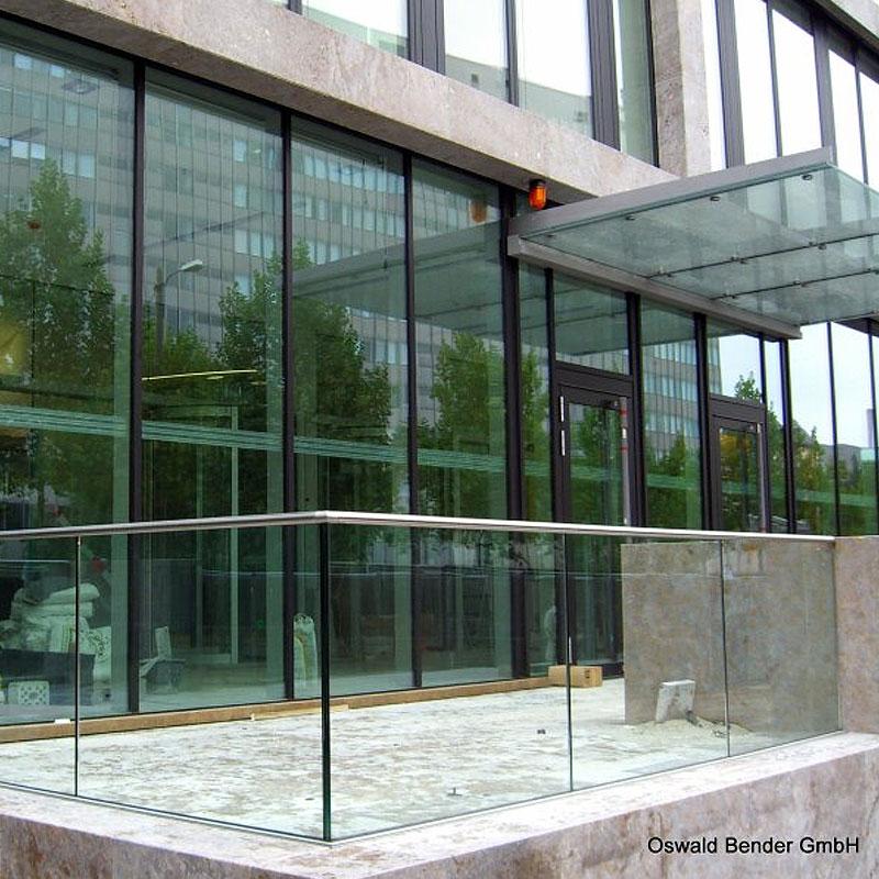 Glasfront eines Gebäudes mit Metallelementen von Bender