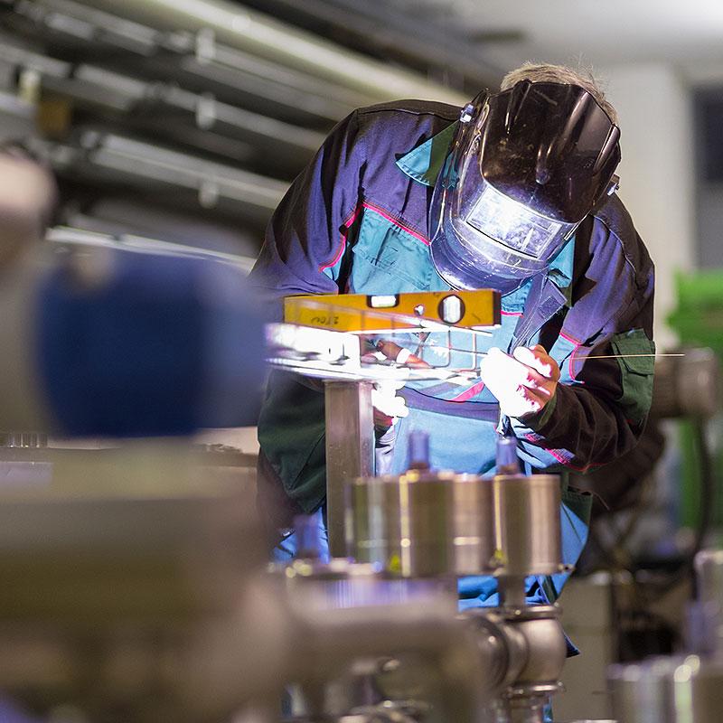 Mitarbeiter bei der Arbeit in der Oswald Bender GmbH