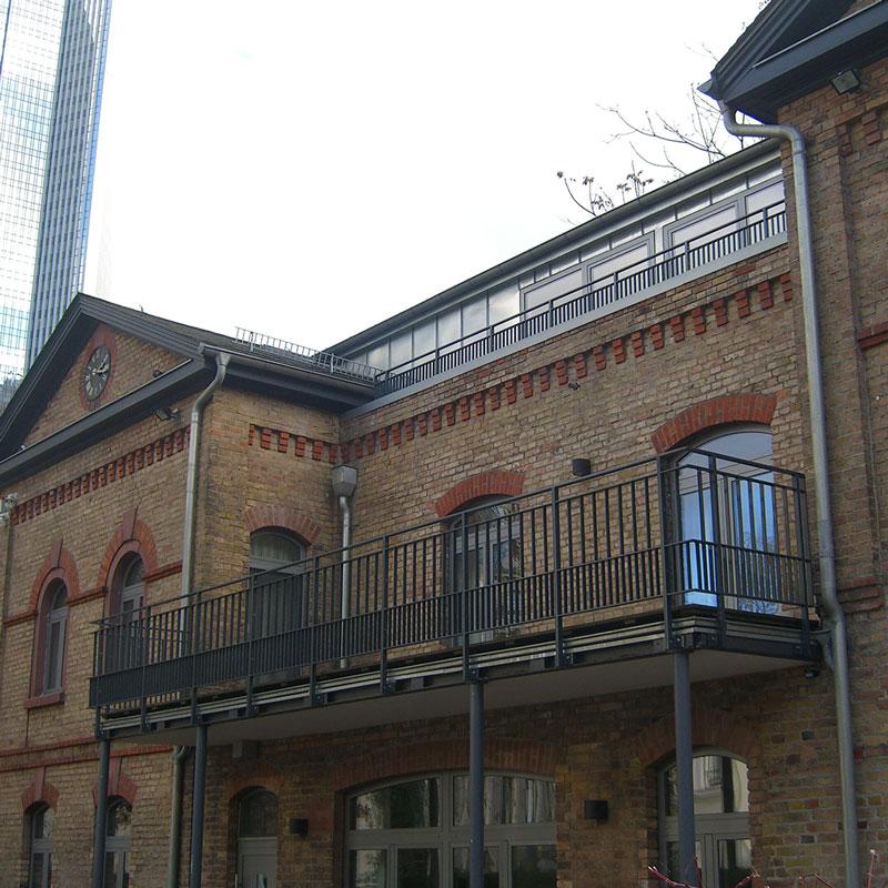 Altbau mit einer neuen Balkonanlage und neuem dunklen Geländer in Kelkheim