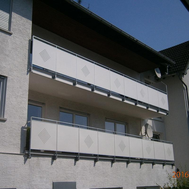 Balkonanlage mit einem Geländer mit Einsätzen von Metallplatten
