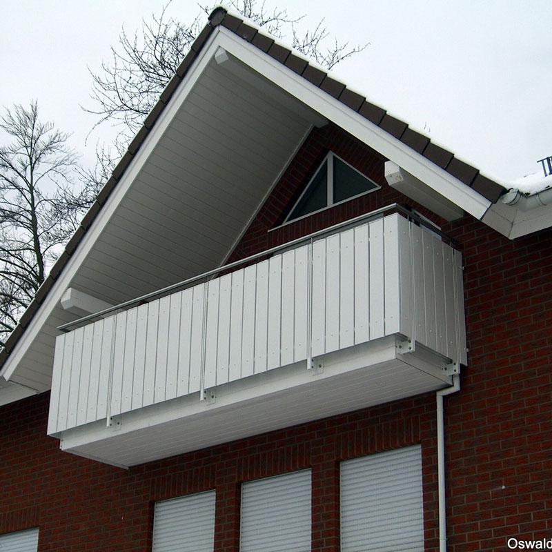 Balkonkonstruktion mit einem Metallgeländer von Oswald Bender