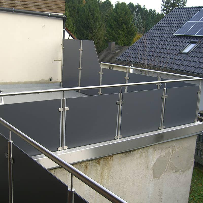 Dunkles Geländer aus Metall für eine Dachterasse